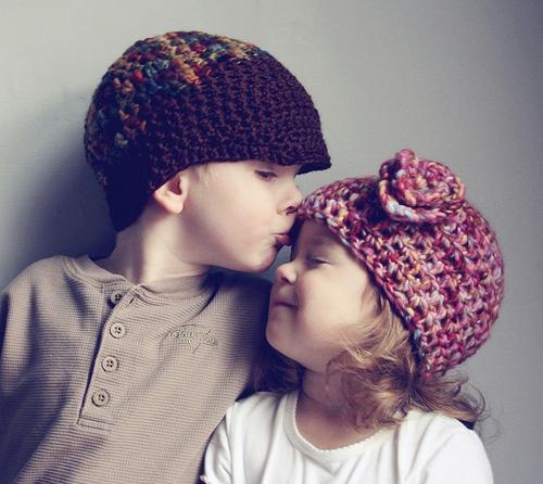 小孩亲吻唯美图片 转身亲你